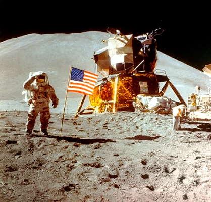 Спускаемый модуль космического корабля Аполлон на поверхности Луны.