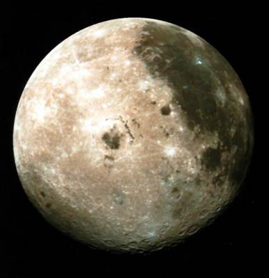 Луна. Совмещение снимков, сделанных в трёх спектральных диапазонах. Архив НАСА.