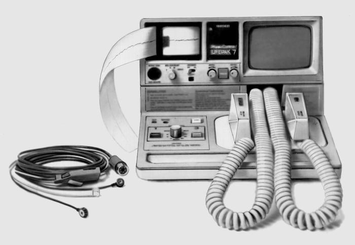 Рис. 4. Дефибриллятор-монитор «Лайфпак-7» (США), генерирующий монополярный импульс «Эд-Марк»