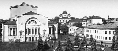 Ярославль. Театр им. Ф. Г. Волкова (1911, архитектор Н. А. Спирин) и окружающая застройка.