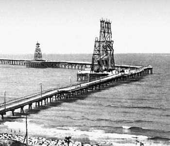 Эстакада нефтяных вышек у полуострова Челекен.