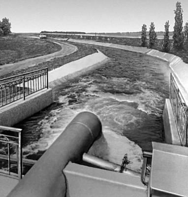 Саратовская область.Подача воды из Саратовского оросительного канала в засушливые районы.