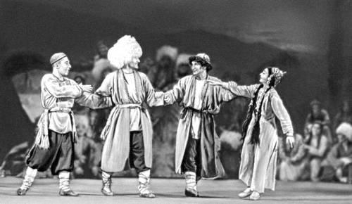 Сцена из балета «Алдар Косе» К. А. Корчмарёва. Театр оперы и балета им. Махтумкули. Балетм. Н. С. Холфин. Ашхабад. 1942.