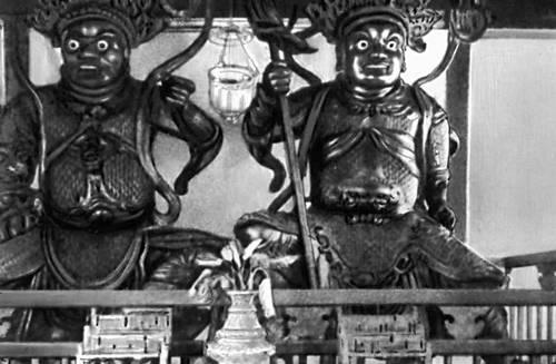 Китайские бронзовые статуи в храме Кеклоксы близ Пинанга.