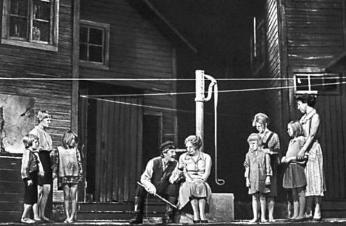 Театр «Ванемуйне» (Тарту). Сцена из спектакля «На задворках» О. Лутса. 1974.