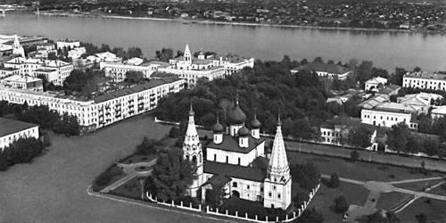 Ярославль. В центре — церковь Ильи Пророка (17 в.).