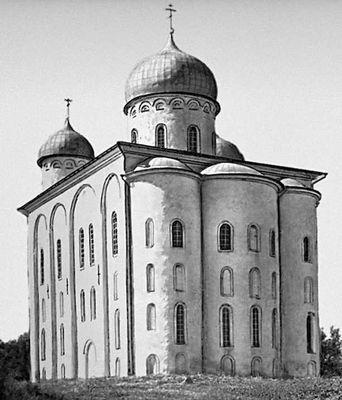 Георгиевский собор в Юрьевом монастыре. Начат в 1119. Зодчий Пётр.