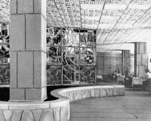 Архитекторы А. Р. Ахмедов, Б. А. Шпак, В. Н. Высотин, В. Г. Кутумов, художники Г. И. Окаёмов, А. Т. Щетинин. Гостиница «Ашхабад». 1967. Интерьер ресторана. Ашхабад.