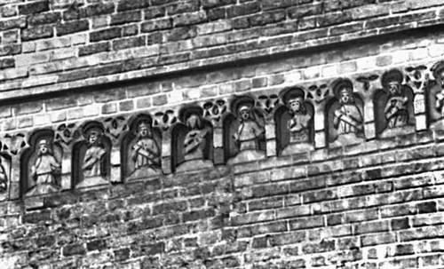 Терракотовый фриз в церкви Яана в Тарту.