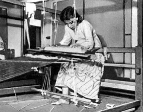 Кустарное изготовление шёлковой ткани.