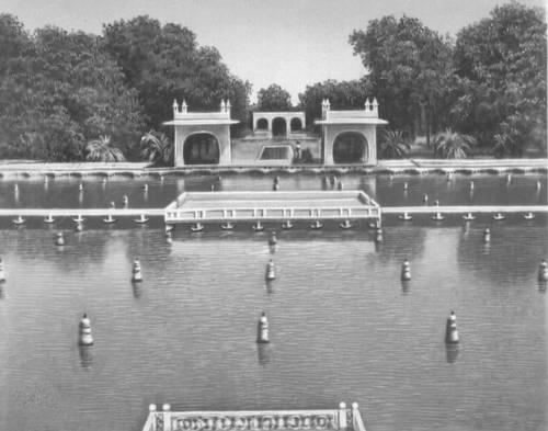 Сады Шалимара близ Лахора. 17 в. Первая терраса.