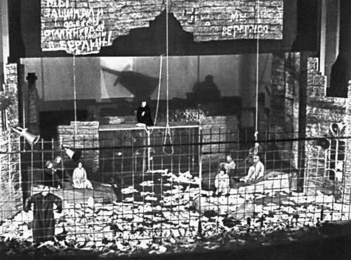 Сцена из спектакля «Процесс» К. Комиссарова и Э. Манна. Театр юного зрителя Эстонской ССР. Таллин. 1975.