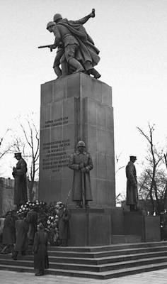 Памятник польско-советского Братства по оружию (выполнен по проекту советских и польских скульпторов, открыт в Варшаве 18 ноября 1945).