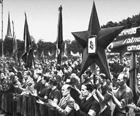 Трудящиеся Таллина приветствуют делегацию Государственной думы, возвратившуюся из Москвы. 1940.