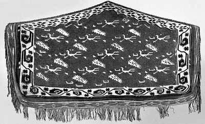 Туркменская ССР. Ковровое украшение, предназначенное для верблюда, с изображением бегущих дроф. Конец 18 — начало 19 вв.
