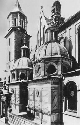 Вавель. Кафедральный костёл (14 в.) с капеллой Сигизмунда I (1517—33) и (слева) капеллой Вазов (1667).