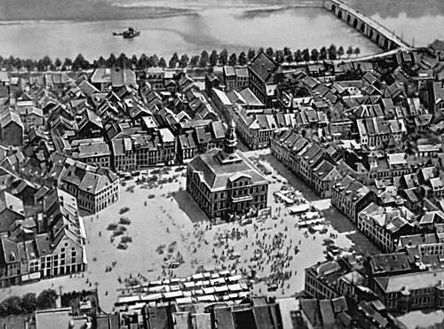 Маастрихт. Площадь Маркт с новой ратушей (1659—64, архитектор П. Пост).