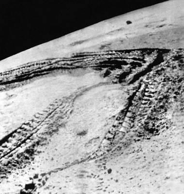 Снимок лунной поверхности, выполненный 18 февраля 1973 с борта самоходного аппарата «Луноход-2». Отчётливо видны следы колёс «Лунохода».
