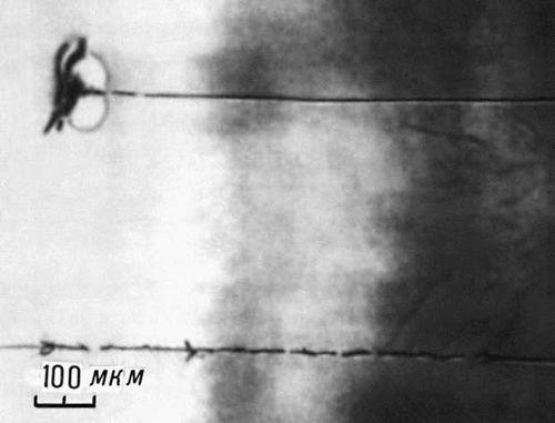 Рис. 3. Нитевидные разрушения оптического стекла в поле мощного лазера. Тонкая нить — след самофокусированного светового пучка.