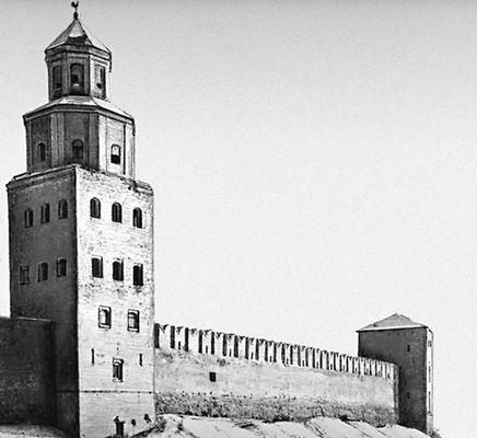 Стены Детинца и сторожевая башня Кокуй (перестроена в 1960-х гг., архитектор С. Л. Ефимов).