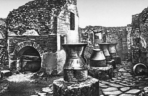 Помпеи. Хлебопекарное предприятие (печь и 4 жёрнова).