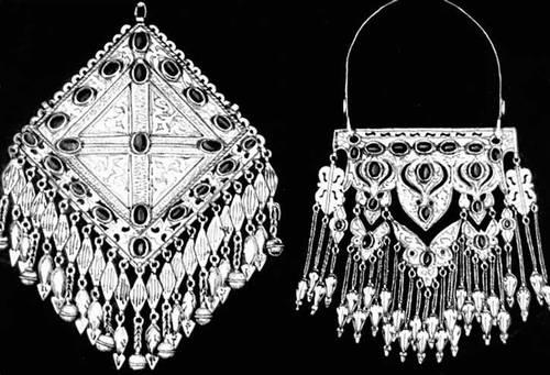 Туркменские народные ювелирные изделия. Нагрудные украшения для женского костюма. Серебро, цветное стекло. Гравировка. Конец 19 — начало 20 вв.