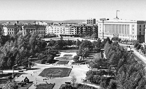 Парк на ул. Горького. Справа — здание Дома Советов (1956, типовой проект).