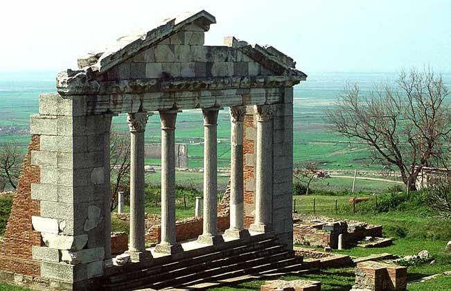 РУИНЫ АНТИЧНОГО ГОРОДА на юге центральной Албании.