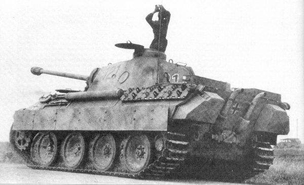 Серийное производство «пантер» (Pz.V Ausf D) началось в январе 1943 года. Планировалось к 12 мая передать в войска 250 танков, которые должны были принять участие в немецком наступлении под Курском — операции «Цитадель». Однако трудности с изготовлением и приемкой новых танков заставили перенести срок начала операции «Цитадель» с 15 мая на 25 июня, а затем на 5 июля.