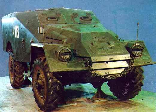БТР-40 разрабатывался в Горьком в КБ под руководством В.А. Дедкова с использованием узлов и агрегатов грузового автомобиля повышенной проходимости ГАЗ-63. БТР имел компоновочную схему с передним расположением МТО и с кормовым размещением десанта. Силовую раму заменял несущий корпус машины, к которому крепились все узлы и агрегаты. Это позволило снизить общую высоту. Корпус имел две боковые дверцы для командира и водителя и одну заднюю для десанта.