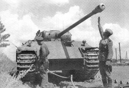 Данными об использовании «Пантер» 39 танкового полка в конце июля—августе 1943 года автор не располагает. Достоверно известно, что в период 21—31 июля полк получил на пополнение 12 новых «Пантер», прибывших из Германии. В начале августа 51 танковый батальон был включен в состав дивизии «Гроссдойчланд», получив на вооружение 96 новых «Пантер». Судьба 52 танкового батальона неизвестна, но по некоторым данным его танки участвовали в боях за Харьков в августе 1943 года.