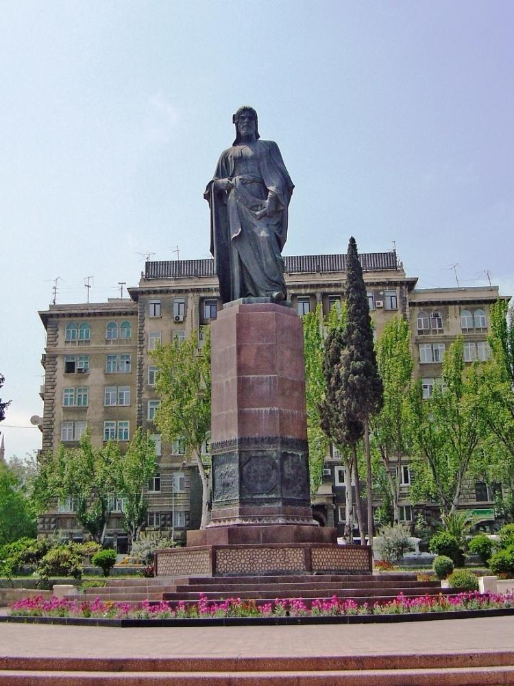 Памятник Низами в Баку. Бронза, гранит. 1949 (архитекторы С. А. Адашев, М. А. Усейнов).
