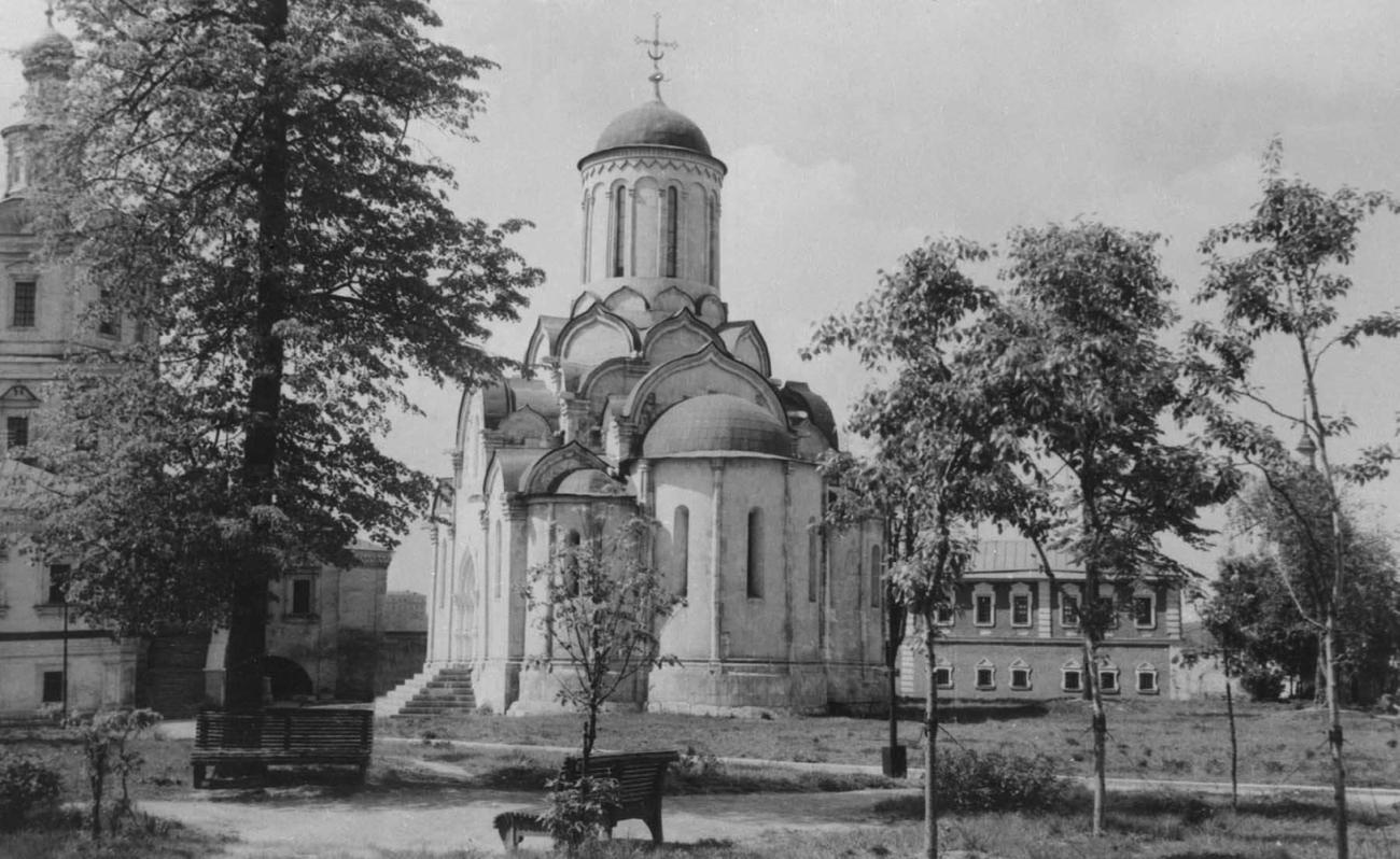 Андроников монастырь. В центре - Спасский собор (1420 - 1427, реставрация архитектора Л. А. Давида), слева - церковь Михаила Архангела (1694).