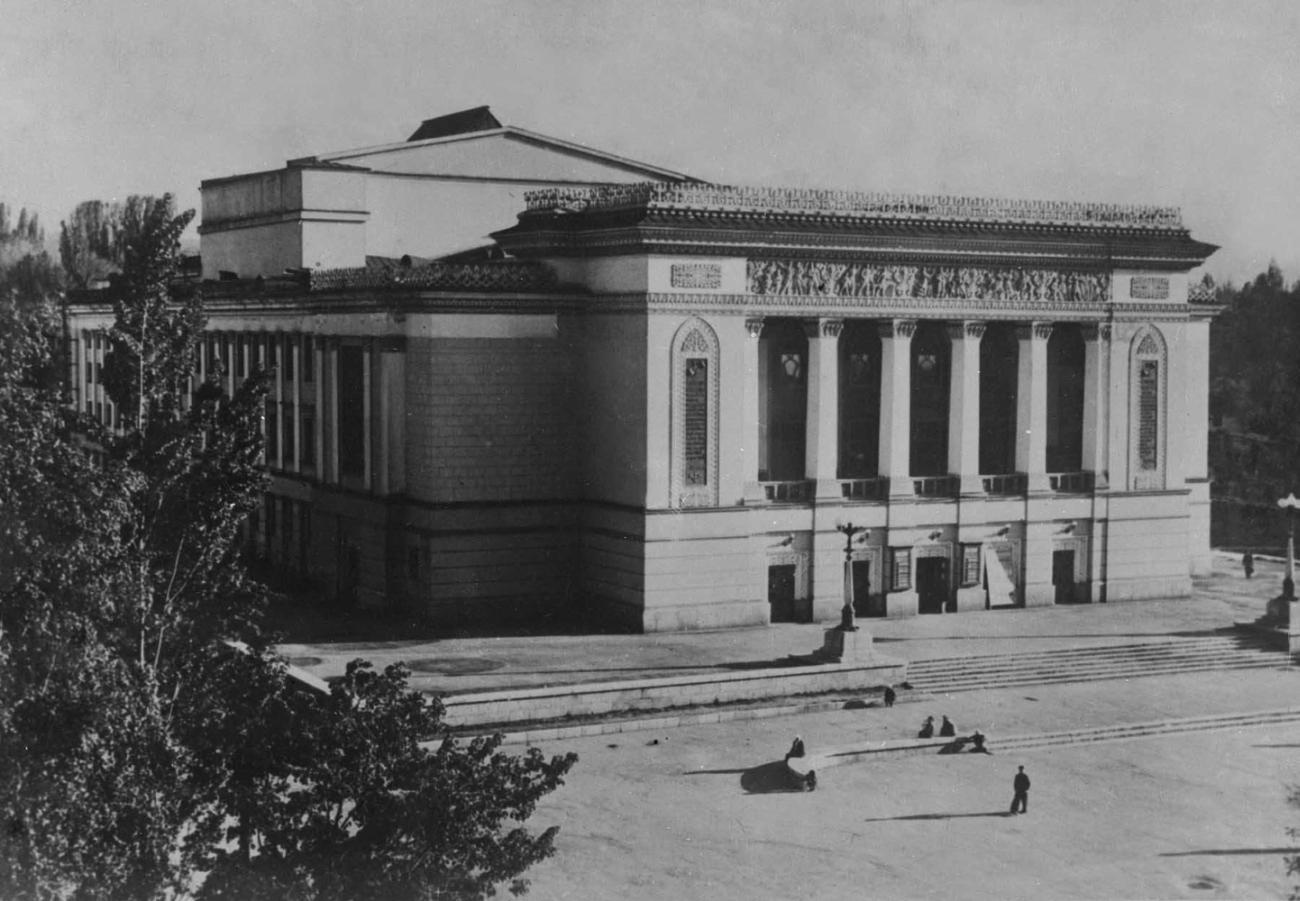Казахский театр оперы и балета имени Абая. 1941. Архитектор Н. А. Простаков и др.