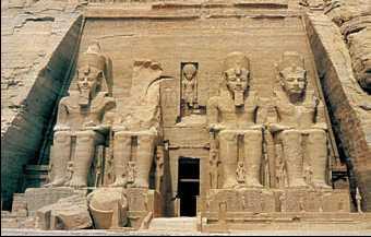Храм Рамсеса II в Абу-Симбеле. Колоссы фараона у входа. Первая пол. 13в. до н.э.