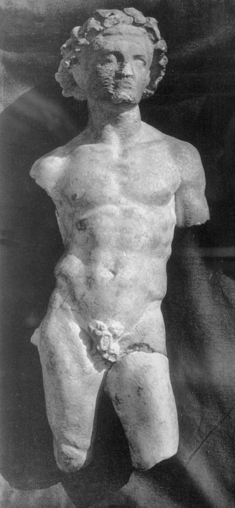 Статуя юноши. Известняк. 3 - 2 в. до н.э. (не окончена).