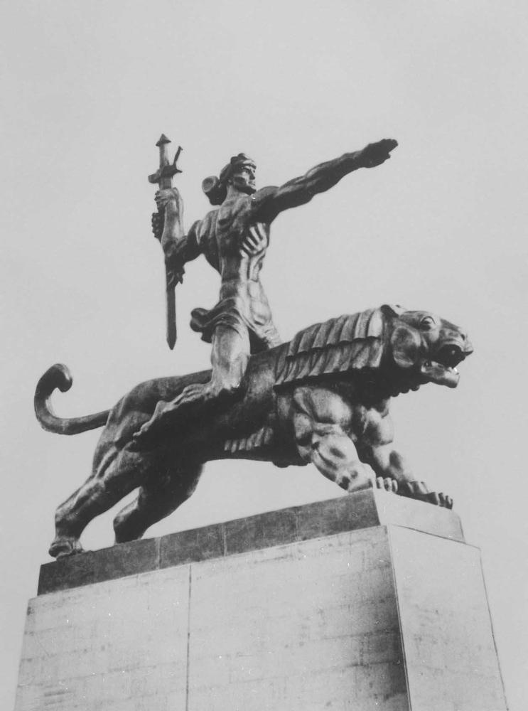 Монумент победы в г. Гори. Архитектор В. В. Давитая. Бронза, гранит. 1979.